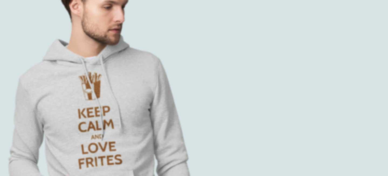 Un homme avec un sweat à capuche imprimé de son propre design