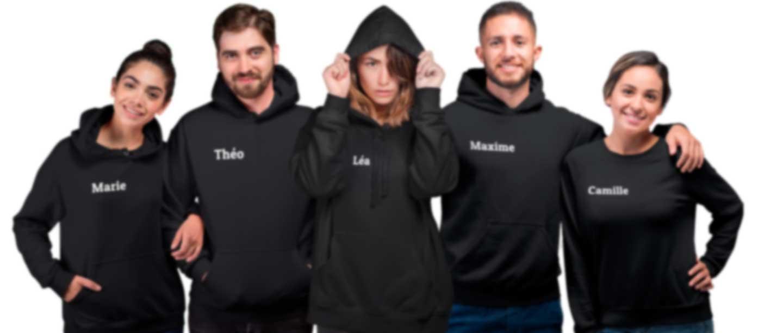 Groupe de personnes portant des sweats imprimés à leur nom
