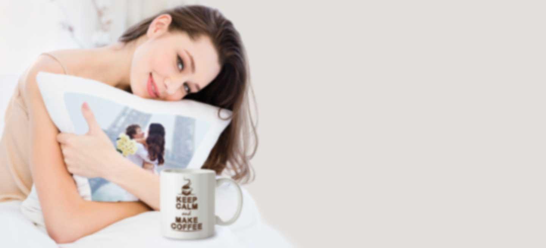 Femme tenant un coussin avec une photo personnalisée