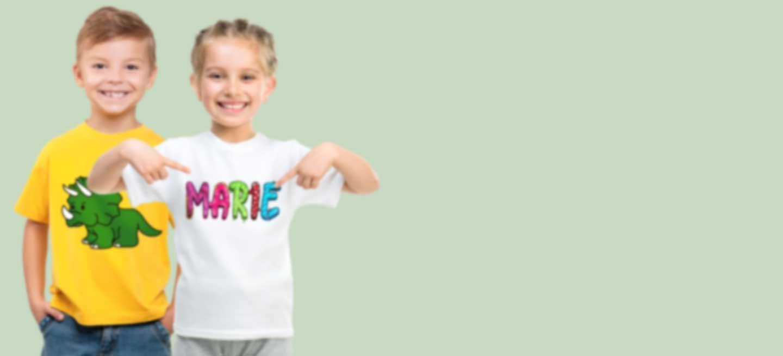 Fille et garçon en T-shirts personnalisés avec un design original