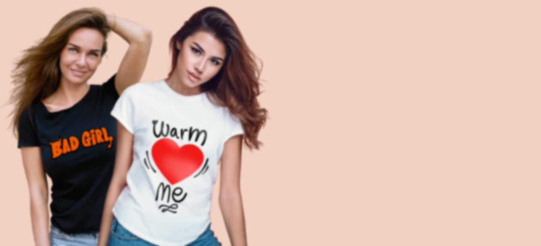 Deux femmes en T-shirts personnalisés