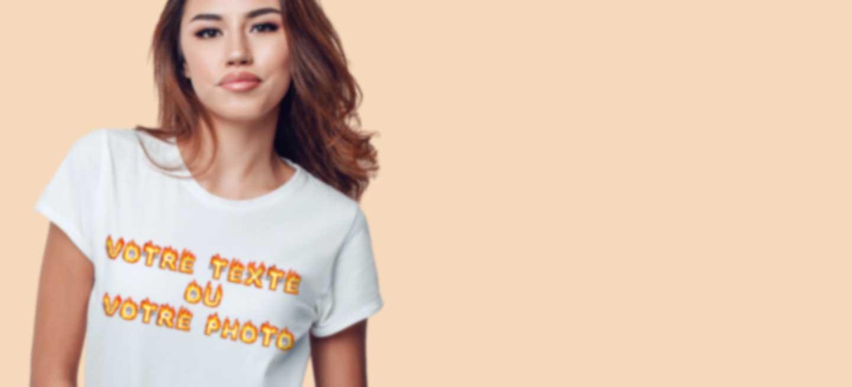 Jeune femme en T-shirt blanc personnalisé avec son propre texte