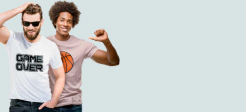 Deux hommes portant des T-shirts personnalisés avec leur propre dessin