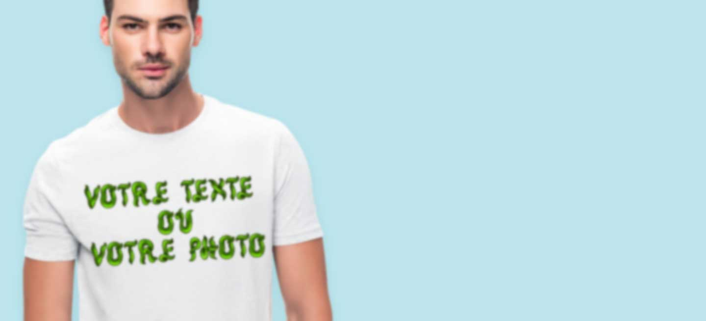 Jeune homme en T-shirt blanc personnalisé avec son propre texte avec effet 3D