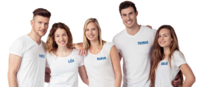 Groupe de personnes en T-shirt blanc avec leur logo et nom