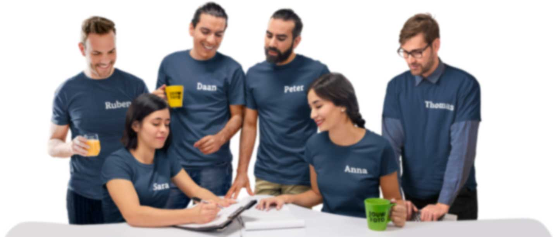 Groep collega's in T-shirts met hun eigen namen