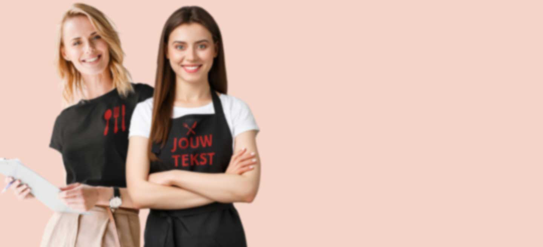 Twee serveersters in T-shirt en schort met bedrijfslogo
