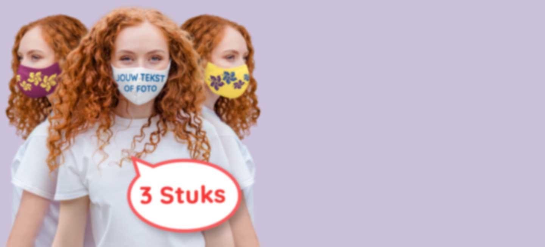 Jonge vrouw draagt een stoffen mondkapje
