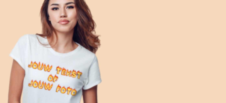 Jonge vrouw in wit T-shirt met eigen tekst