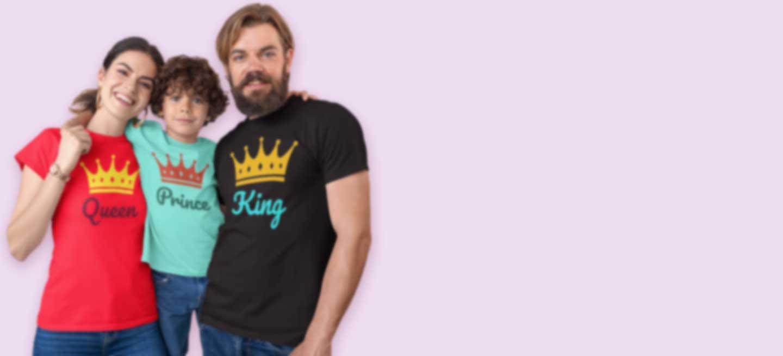 Gezin met gepersonaliseerde T-shirts