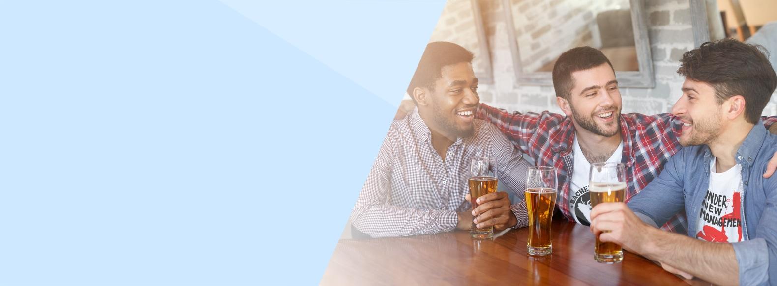 Jonge heren met bierglazen vieren vrijgezellenfeest