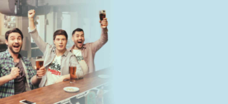 Drie jonge mannen vieren vrijgezellenfeest